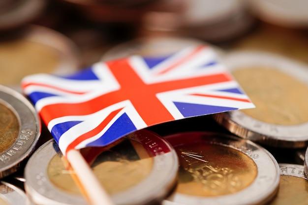 Flagge des vereinigten königreichs auf münzenhintergrund.