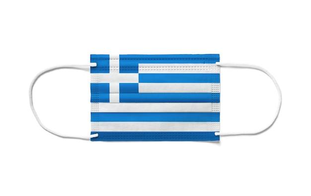 Flagge griechenlands auf einer chirurgischen einwegmaske. weißer hintergrund isoliert