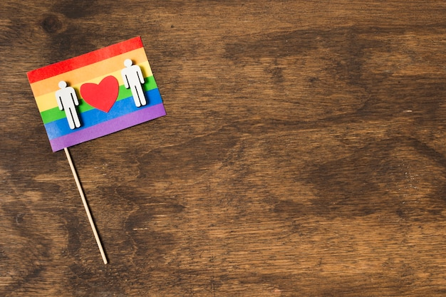 Flagge in regenbogenfarben mit schwulem paar
