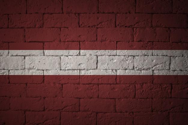 Flagge mit originalproportionen. nahaufnahme der schmutzfahne von lettland