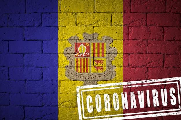 Flagge von andorra mit ursprünglichen proportionen. gestempelt mit coronavirus. mauer textur. konzept des corona-virus. am rande einer covid-19- oder 2019-ncov-pandemie.