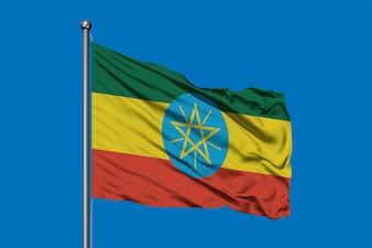 Flagge von Äthiopien, das in den Wind gegen tief blauen Himmel wellenartig bewegt. Äthiopische Flagge