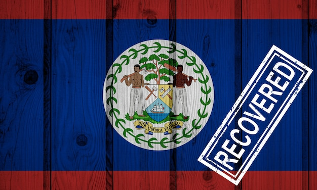 Flagge von belize, die die infektionen der corona-virus-epidemie oder des coronavirus überlebt oder sich erholt hat. grunge-flagge mit stempel wiederhergestellt