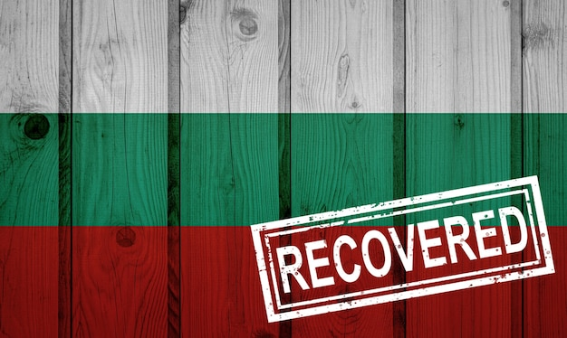 Flagge von bulgarien, die die infektionen der corona-virus-epidemie oder des coronavirus überlebt oder sich davon erholt hat. grunge-flagge mit stempel wiederhergestellt