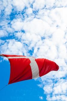Flagge von dänemark mit bewölktem tag