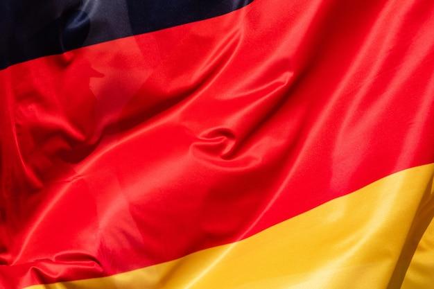 Flagge von deutschland, das im wind fliegt