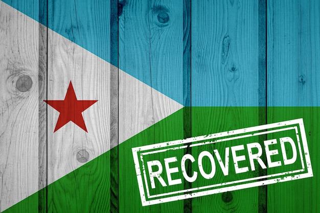 Flagge von dschibuti, die die infektionen der corona-virus-epidemie oder des coronavirus überlebt oder sich davon erholt hat. grunge-flagge mit stempel wiederhergestellt
