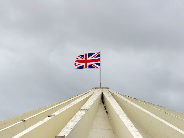 Flagge von england, das auf ein gebäudedach schwimmt