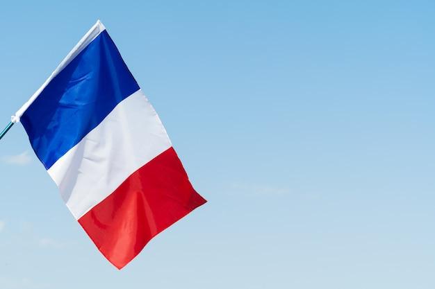 Flagge von frankreich im wind am himmel winken
