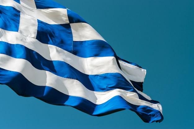 Flagge von griechenland gegen den blauen himmelhintergrund