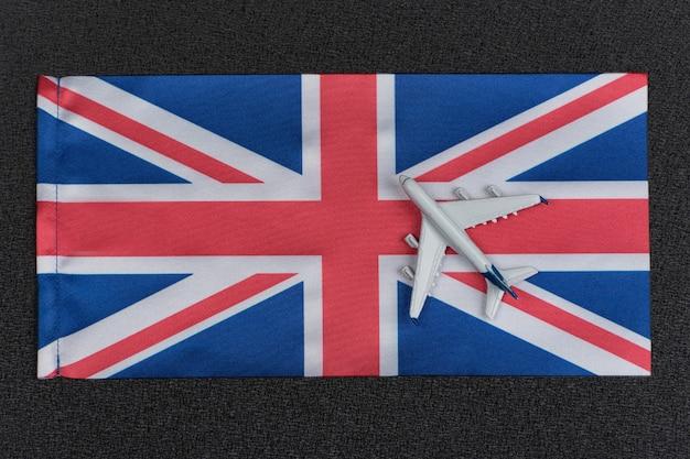 Flagge von großbritannien und spielzeugflugzeug