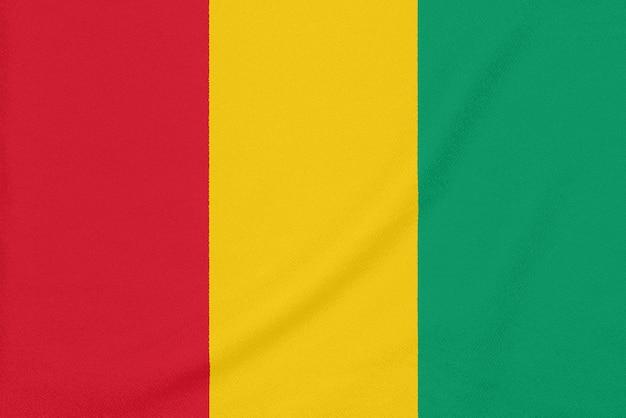 Flagge von guinea auf strukturiertem gewebe.