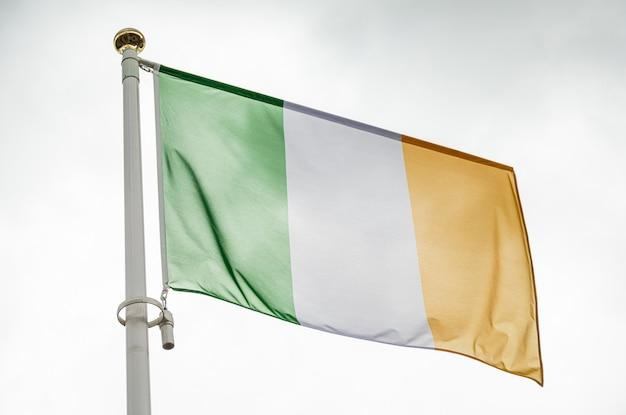 Flagge von irland im wind gegen himmel winken