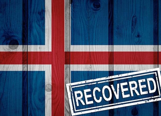 Flagge von island, die die infektionen der corona-virus-epidemie oder des coronavirus überlebt oder sich davon erholt hat. grunge-flagge mit stempel wiederhergestellt