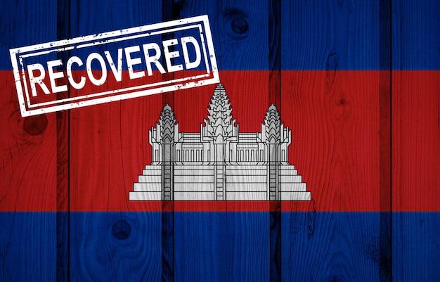 Flagge von kambodscha, die die infektionen der corona-virus-epidemie oder des coronavirus überlebt oder sich erholt hat. grunge-flagge mit stempel wiederhergestellt