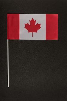 Flagge von kanada auf schwarzem hintergrund