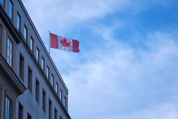 Flagge von kanada mit blauem himmel. speicherplatz kopieren.