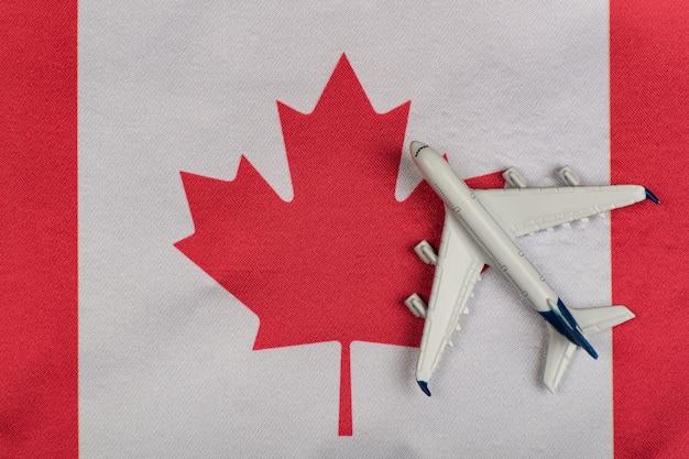 Flagge von kanada und modellflugzeug
