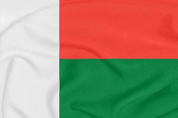 Flagge von madagaskar auf strukturiertem gewebe, patriotisches symbol