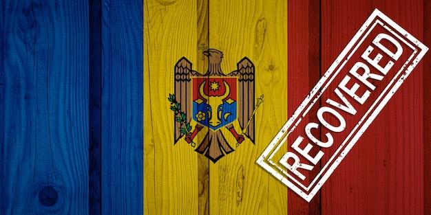 Flagge von moldawien, die die infektionen der corona-virus-epidemie oder des coronavirus überlebt oder sich davon erholt hat. grunge-flagge mit stempel wiederhergestellt