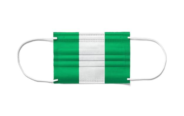 Flagge von nigeria auf einer chirurgischen einwegmaske.