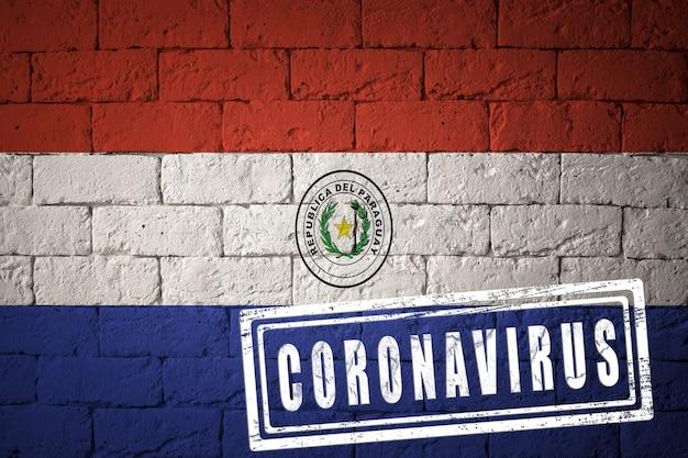 Flagge von paraguay mit originalen proportionen. gestempelt mit coronavirus. mauer textur. konzept des corona-virus. am rande einer covid-19- oder 2019-ncov-pandemie.