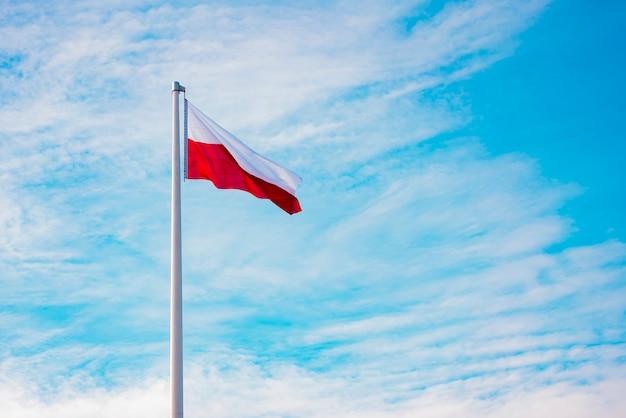 Flagge von polen gegen den himmelhintergrund
