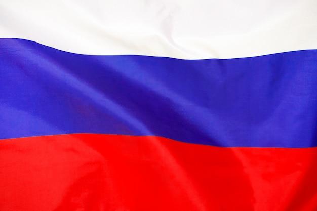 Flagge von russland. die bunte flagge von russland, die im wind weht.