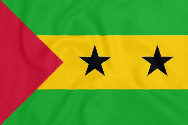 Flagge von sao tome und principe auf strukturiertem gewebe. patriotisches symbol