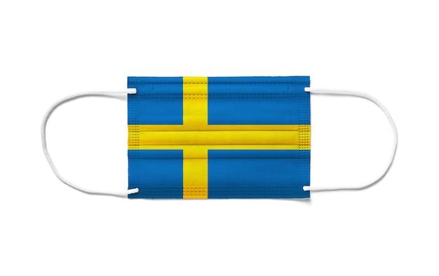 Flagge von schweden auf einer chirurgischen einwegmaske. weißer hintergrund isoliert