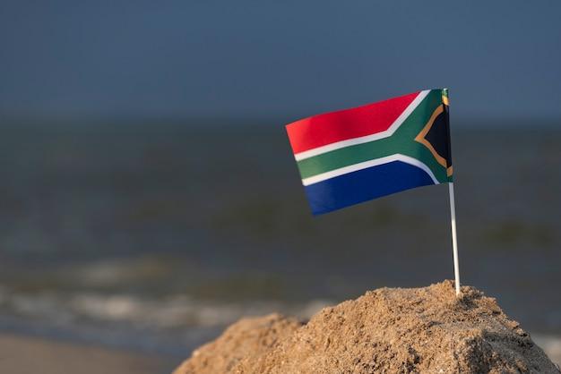 Flagge von südafrika am strand. strandurlaub in südafrika.