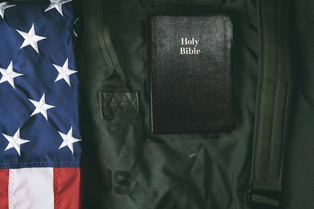 Flagge von te usa und eine heilige bibel