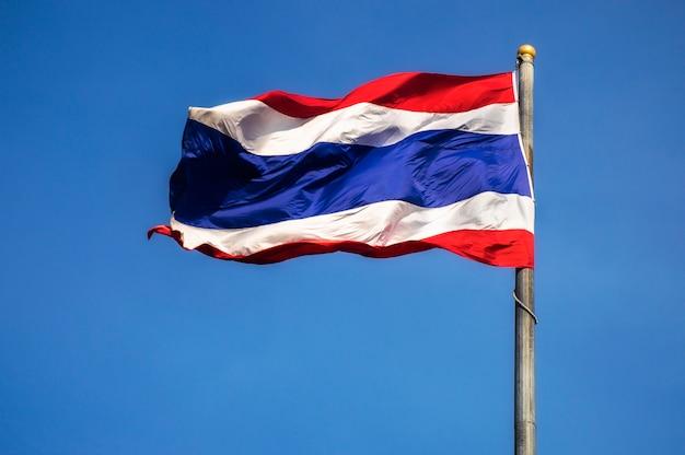 Flagge von thailand auf dem himmel hintergrund