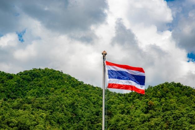 Flagge von thailand mit natürlichem hintergrund des himmels