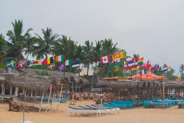 Flaggen aller länder der welt am strand