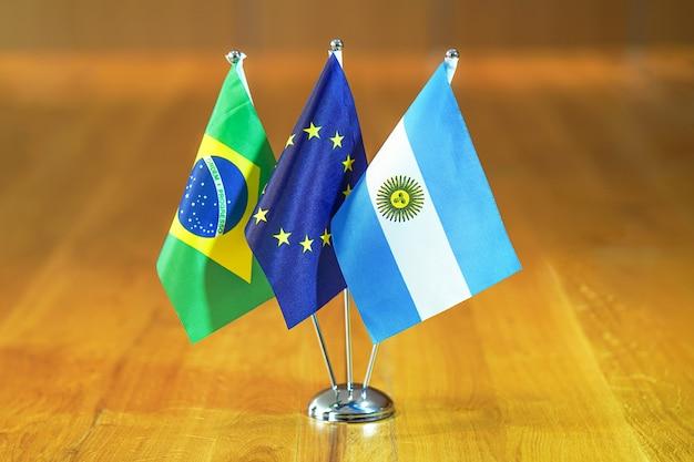 Flaggen der europäischen union, argentiniens und brasiliens.