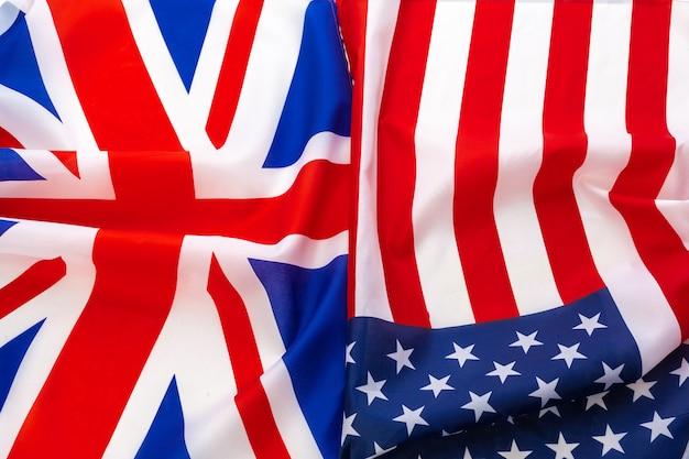 Flaggen der usa und brithish union jack fahnenschwingen zusammen