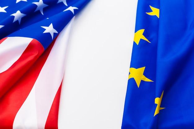 Flaggen der usa und der europäischen union.