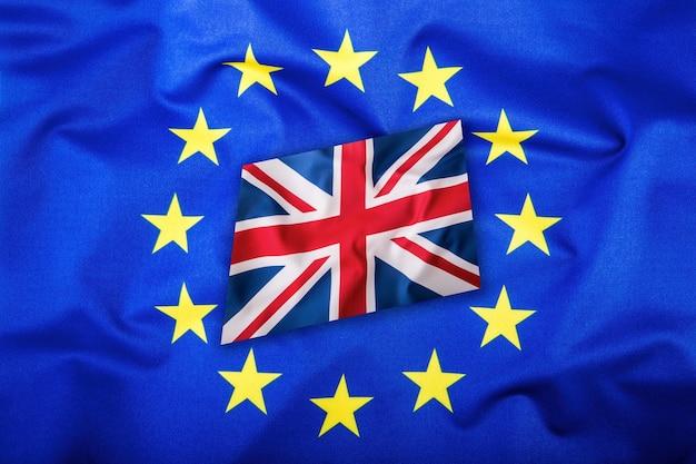 Flaggen des vereinigten königreichs und der europäischen union. uk-flagge und eu-flagge. britische union jack-flagge. flagge innerhalb von sternen.
