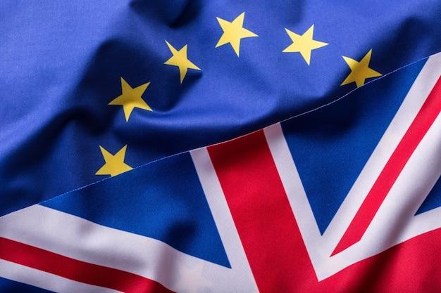 Flaggen des vereinigten königreichs und der europäischen union. uk-flagge und eu-flagge. britische union jack-flagge.