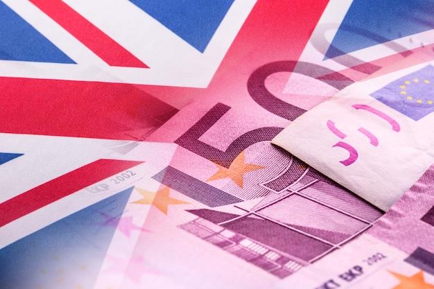 Flaggen des vereinigten königreichs und euro-banknoten.