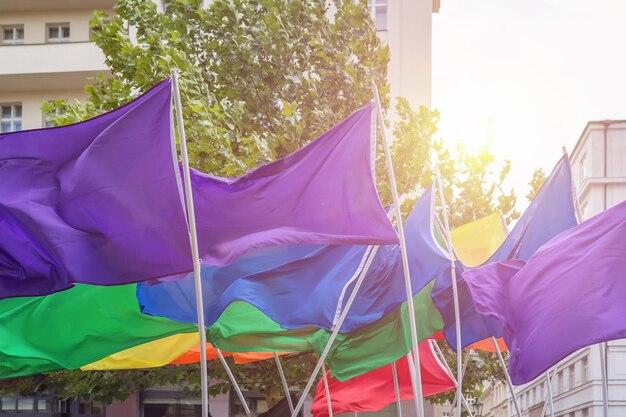 Flaggen in regenbogenfarben bei der prager pride-parade