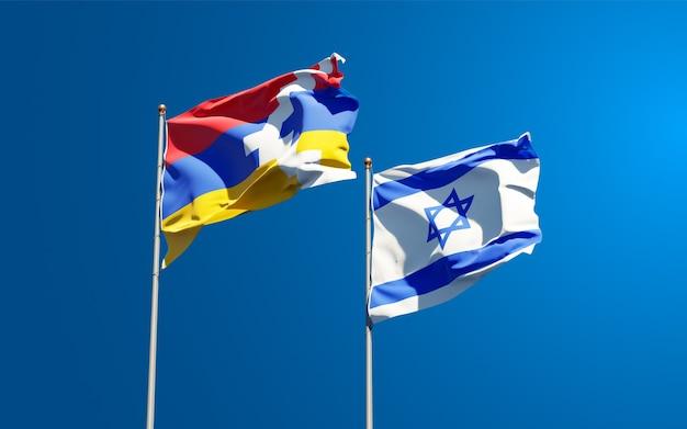 Flaggen von israel und artsakh zusammen auf himmelhintergrund