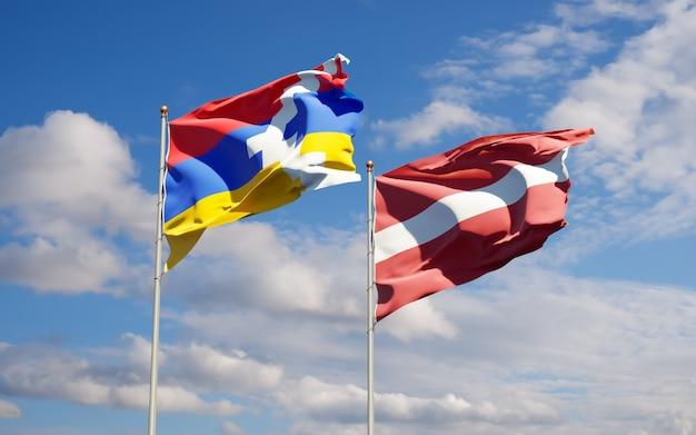 Flaggen von lettland und artsakh.