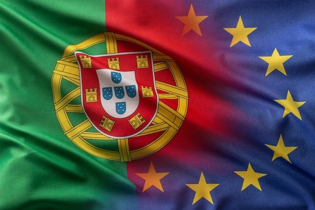 Flaggen von portugal und der eu wehen im wind.