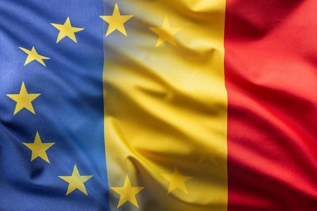 Flaggen von rumänien und der eu wehen im wind.