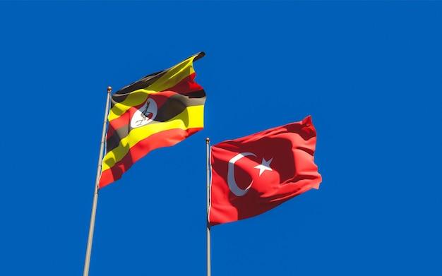 Flaggen von uganda und der türkei auf himmelhintergrund