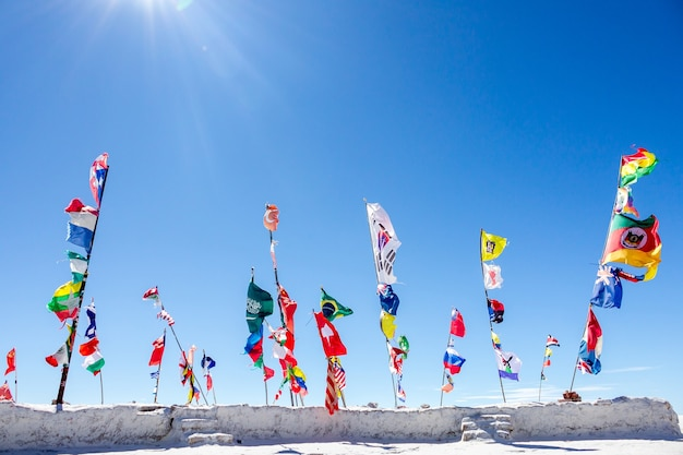 Flaggenländer wahrzeichen auf salzwiesen von uyuni