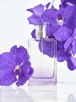 Flakon parfüm mit frischen orchideenunterteilen