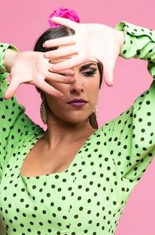 Flamenca bedeckendes gesicht mit den händen